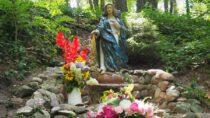 Dolina Objawienia znowymi figurami: uśmiechniętego św.Jana Pawła II iMatki Bożej Leśnej
