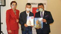 14 najlepszych uczniów iabsolwentów zGminy Wieluń otrzymało stypendia burmistrza