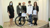 """Zwycięzca wkonkursie """"Zawirusowani czytaniem"""" Denis Tsochataridis otrzymał rower"""