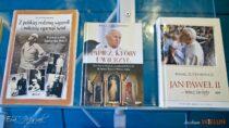 Wbibliotece powiatowej otwarto wystawę publikacji związanych zpostacią Jana Pawła II