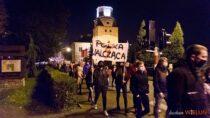 Protest wieluńskich kobiet trwa. Setki uczestników wyszły naulicę
