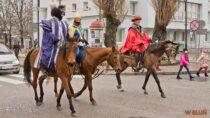 Królowie:: Kacper, Melchior iBaltazar przejechali konno ulicami Wielunia