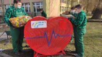 Przy Zespole Szkół nr1 wWieluniu stanął pojemnik wkształcie serca nazbiórkę plastikowych nakrętek