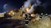 Sześć zastępów straży gasiło pożar 180 balotów słomy