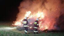 Cztery zastępy straży gasiły pożar balotów słomy wWieluniu