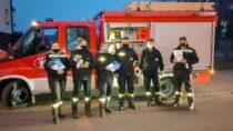 Strażacy zOSP Dąbrowa rozwozili ulotki natemat COVID-19 orazszczepień
