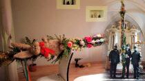 Druhowie zOSP Dąbrowa przygotowali palmę wielkanocną owysokości 5,5 metra