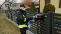 Strażacy OSP rozprowadzają ulotki informacyjne natemat COVID-19 iszczepień