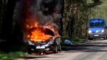 Trzy zastępy straży gasiły pożar samochodu natrasie Szynkielów – Konopnica