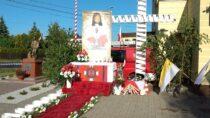 Druhowie zOSP Dąbrowa przygotowali przepiękny ołtarz naBoże Ciało