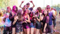 Śmiech izabawa podczas festiwalu kolorów wWieluniu