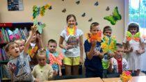 WFilii Bibliotecznej wDąbrowie dzieci wyklejały kolorowe motyle