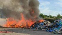 Pożar naskładowisku odpadów wRudzie. Akcja gaśnicza trwa
