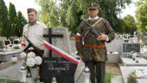 Mogiły imiejsca pamięci uczestników Powstania Warszawskiego przyozdobiono biało-czerwonymi wstęgami